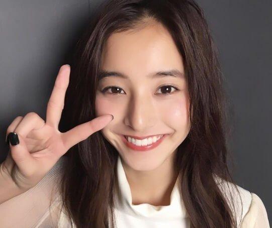 笑顔でピースする新木優子さん!